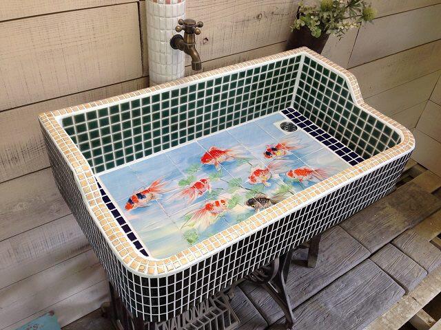 京都のゲストハウスの完全防水仕様のオーダー金魚タイル流し