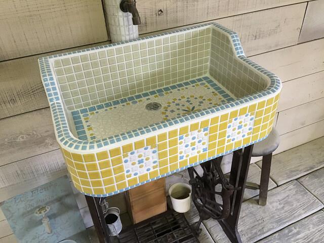 こだわり手張りポイントいっぱいのイエローとブルーのシンク(SS)1843 - ガーデンシンク タイル 流し台 DIY 庭 洗い場 美濃焼タイル レトロ 手洗い -
